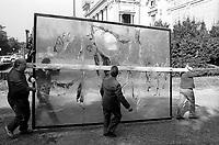 Roma.Operai trasportano  un opera dell' artista Alberto Burri in via delle Belle Arti.Workmen carrying a work of 'artist Alberto Burri in via delle Belle Arti