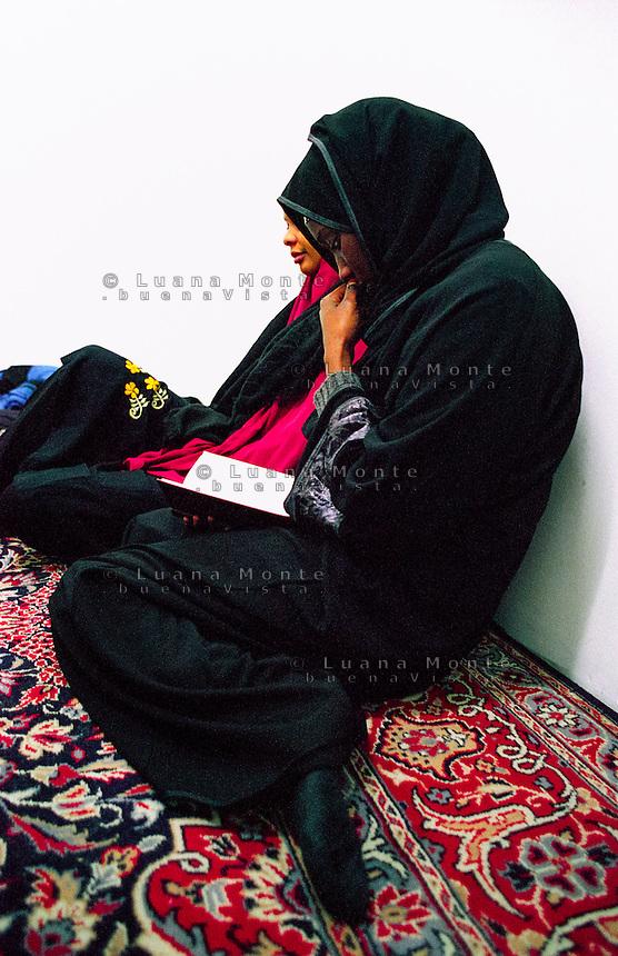 &quot;La stanza delle donne&quot; nella moschea di via Padova. Preghiera del venerd&Iuml;.<br /> Milano, Novembre 2000