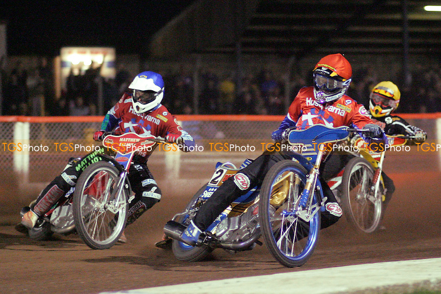 Arena Essex Hammers vs Wolverhampton Wolves - Skybet Elite League 'A' - 13/04/05 - Heat 11 - Tony Rickardsson (centre) leads out Arena's Paul Hurry (left) and Wolverhampton's Ronnie Correy (right) - (Gavin Ellis 2005)