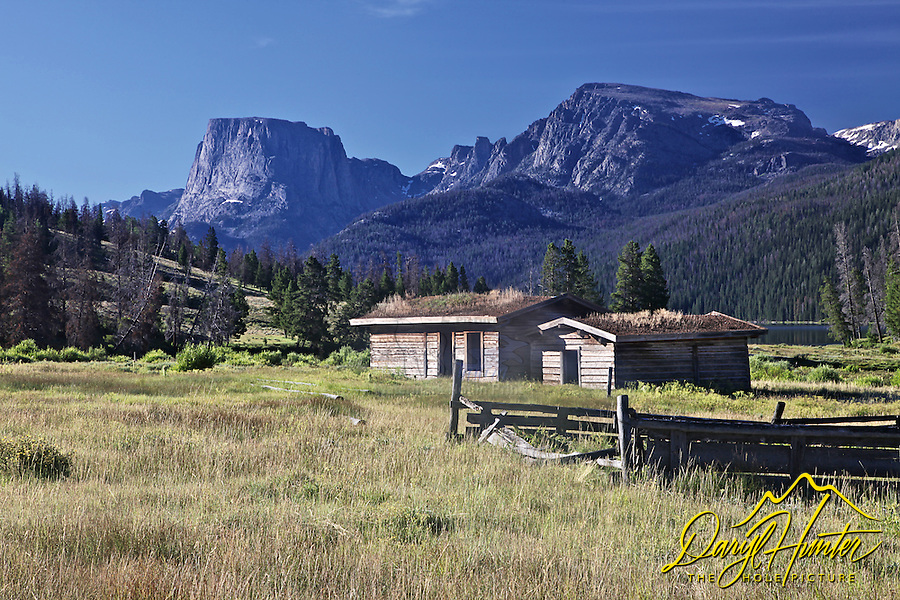 Derelict log homestead, Square Top Mountain mountain, Green River Lake, Pinedale, Wyoming