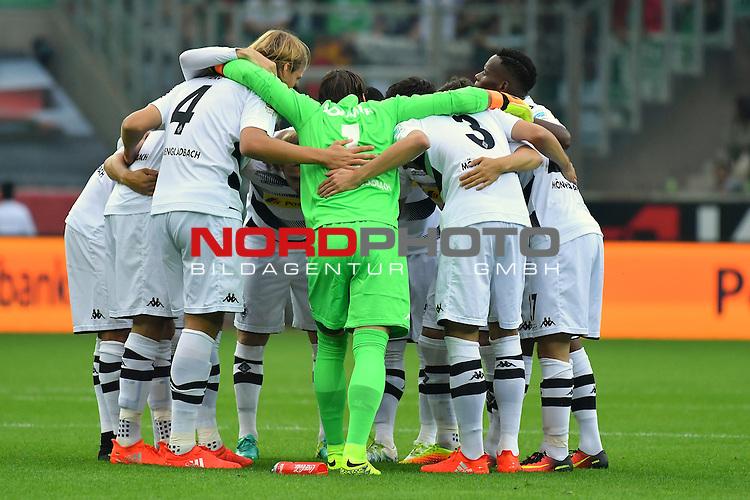 17.09.2016, Borussia-Park, Moenchengladbach, GER, 1.FBL., Borussia Moenchengladbach vs. SV Werder Bremen  <br /> <br /> im Bild / picture shows: <br /> Spielerkreis vor dem Spiel <br /> <br /> <br /> <br /> Foto &copy; nordphoto / Meuter