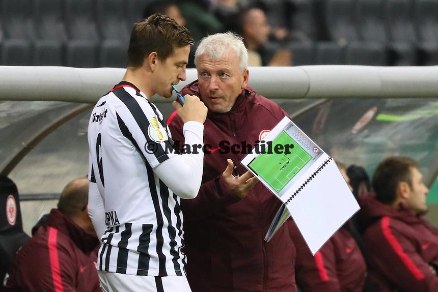 Co-Trainer Armin Reuthershahn (Eintracht Frankfurt) gibt Bastian Oczipka (Eintracht Frankfurt) Anweisungen - 25.10.2016: Eintracht Frankfurt vs. FC Ingolstadt 04, 2. Hauptrunde DFB-Pokal, Commerzbank Arena