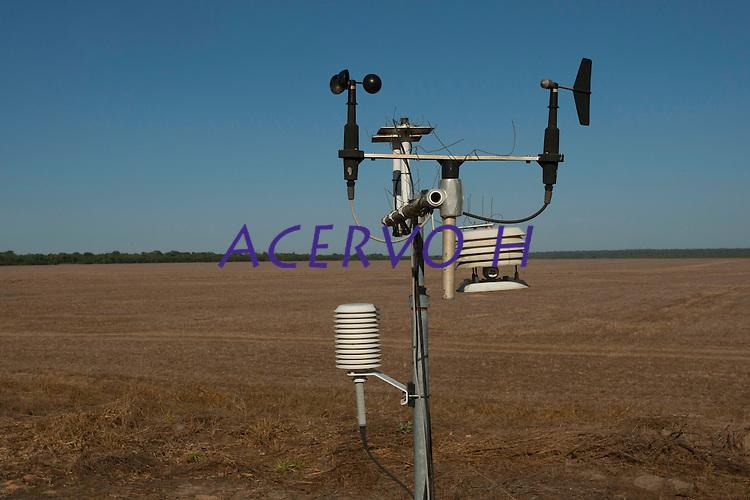 Sistemas de monitoramento do IPAM, Instituto de Pesquisa Ambiental da Amazônia, instalados na região.<br /> <br /> <br /> Grandes plantações de soja, milho e algodão cercam o Parque Indígena do Xingu (PIX) .<br /> Habitados pelas etnias Aweti, Ikpeng, Kaiabi, Kalapalo, Kamaiurá, Kĩsêdjê, Kuikuro, Matipu, Mehinako, Nahukuá, Naruvotu, Wauja, Tapayuna, Trumai, Yudja, Yawalapiti, o parque ocupa área de 2.642.003 hectares na região nordeste do Estado do Mato Grosso, <br /> De acordo com o IMEA - Instituto Mato-Grossense de Economia Agropecuária declarou último dia 7 de agosto de 2015 no informativo 365 divulgou dados novos das safras de soja em MT com a safra 14/15<br /> consolidando-se com mais um ano de área e produção recordes. Por meio do método de Sensoriamento Remoto<br /> a nova área de 9,01 milhões de hectares apresenta-se 6,8% acima da área da safra 13/14. A produtividade já<br /> consolidada de 51,9 sc/ha elevou a produção para 28,08 milhões de toneladas. Os novos dados da safra 15/16<br /> aumentaram ainda mais a expectativa de safra recorde já esperada no último relatório. A nova área de 9,2 milhões<br /> de hectares baseia-se na conversão de área de pastagem em agricultura observada há algumas safras. A<br /> continuidade de investimento em tecnologia da nova safra eleva a projeção de produtividade para 52,6 sc/ha,<br /> refletindo sobre a produção que deve bater um novo recorde em 2016, de 29 milhões de toneladas. Apesar do<br /> crescimento contínuo, a nova temporada deve atingir o menor avanço da produção desde a safra 10/11. <br /> Querência, Mato Grosso, Brasil.<br /> Foto Paulo Santos<br /> 30/07/2015