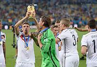 FUSSBALL WM 2014                       FINALE   Deutschland - Argentinien     13.07.2014 DEUTSCHLAND FEIERT DEN WM TITEL: Thomas Mueller (li) und Torwart Roman Weidenfeller (re) jubeln mit dem WM Pokal