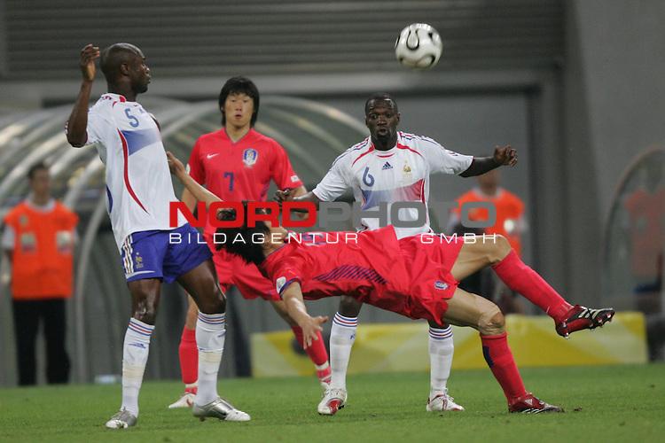 FIFA WM 2006 -  Gruppe D  Vorrunde ( Group D )<br /> Play   #29 (18-Jun) - Frankreich - Korea 1:1<br /> <br /> Jae Jin Cho (Mitte) von Korea gegen William Gallas (links) und Claude Makelele (rechts) von Frankreich.<br /> <br /> Foto &copy; nordphoto