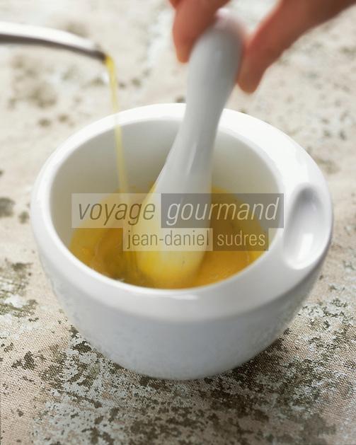 Gastronomie générale / Cuisine générale : Préparation de l'aïoli - Mortier et pilon