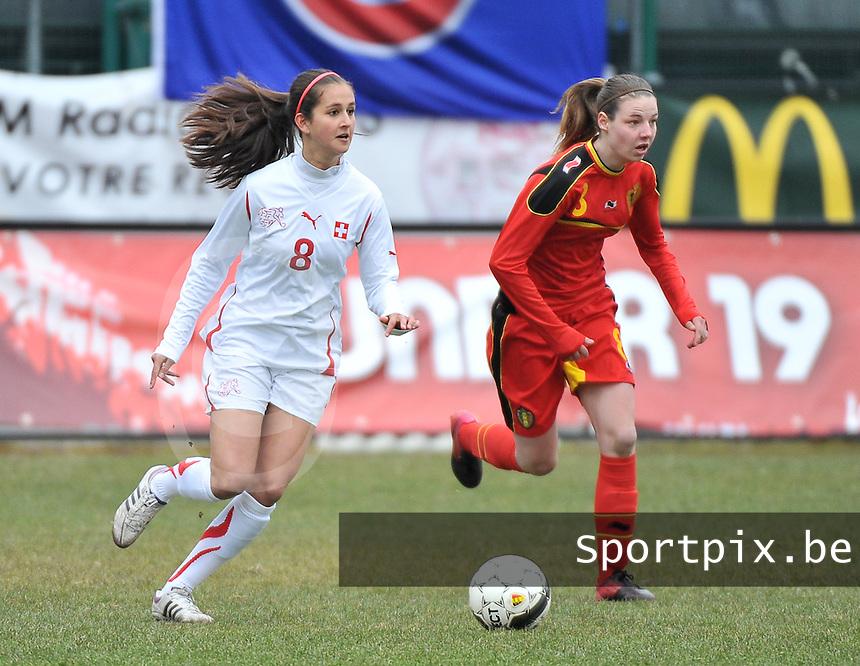 Belgium U19 - Switzerland U19 : Aline Stöckli aan de bal voor Nicky Van den Abbeele.foto DAVID CATRY / Nikonpro.be