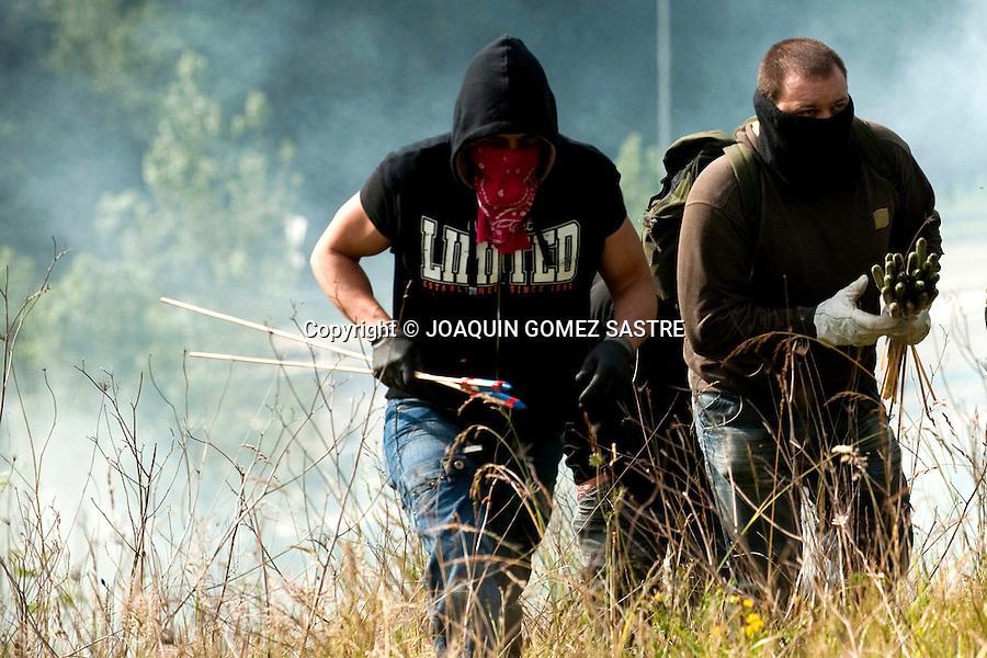 12 JUNIO 2012 CAMPOMAMES ASTURIAS.Los mineros y la guardia civil se enfrentan con motivos de las protestas mineras en campomames Asturias .foto © JOAQUIN GOMEZ SASTRE