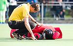 UTRECHT - HOCKEY -  Blessure voor HGC keeper Sam van der Veen raakt geblesseerd  tijdens de hoofdklasse competitiewedstrijd tussen de mannen van Kampong en HGC (2-2). Scheidsrechter maarten Boxma bekijkt de blessure. COPYRIGHT KOEN SUYK