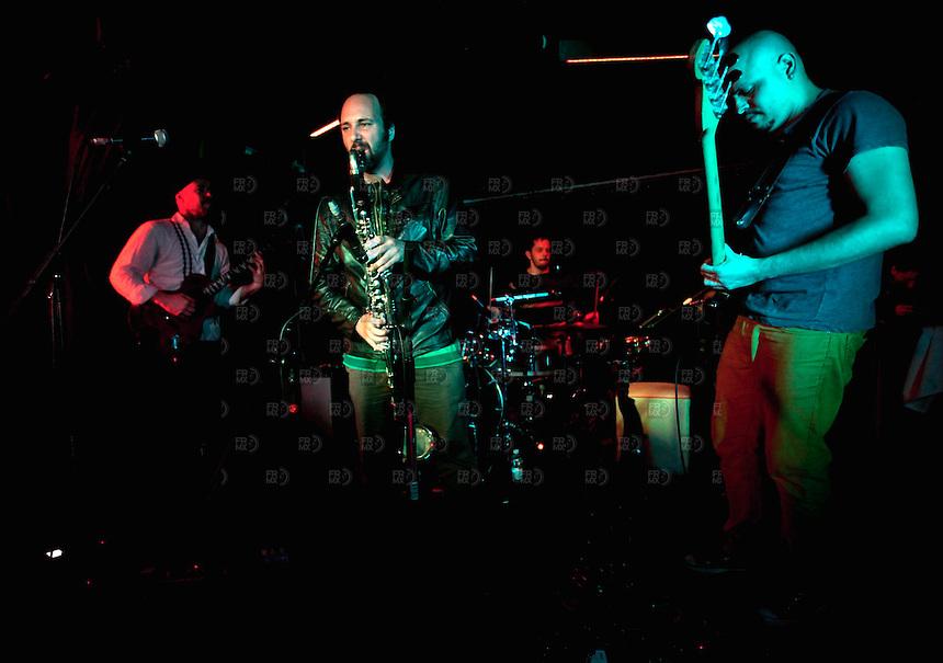 CIUDAD DE M&Eacute;XICO, DF. Julio 12, 2013  &ndash; Daniel Zlotnik saxofonista,  Carlos Maldonado bajista y Rodrigo Barbosa baterista del grupo de Jazz, Los Dorados, tocan junto al guitarrista, Alejandro Otaola,  en el Bar Caradura de la Ciudad de M&eacute;xico.  FOTO: ALEJANDRO MEL&Eacute;NDEZ<br /> <br /> MEXICO CITY, DF. July 12, 2013 - Daniel Zlotnik saxophonist Carlos Maldonado bassist and drummer Rodrigo Barbosa Jazz, Los Dorados, playing with guitarist Alejandro Otaola, at Bar Caradura Mexico City. PHOTO: ALEJANDRO MELENDEZ