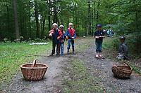 Waldspiel, Waldspiele, Kinder werfen Zapfen in einen Korb, Zapfen-Weitwurf, Kinder im Wald, Kinder erleben die Natur im Wald, Walderlebnistag, Schulkinder bei einer Waldexkursion, Exkursion, Kinder sammeln im Wald Blätter, Äste, Zapfen, Früchte, Grundschulklasse, Schulklasse