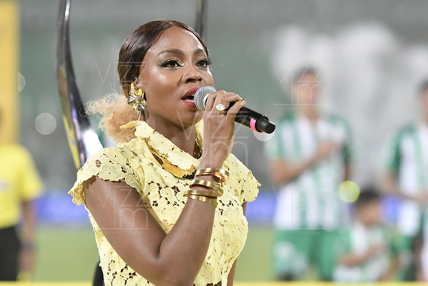 MEDELLÍN -COLOMBIA - 09-06-2018: Goyo cantante del grupo ChocQuibTown canta el himno de Colombia previo al encuentro entre Atlético Nacional y Deportes Tolima por la final de la Liga Águila I 2018 jugado en el estadio Atanasio Girardot de la ciudad de Medellín. / Goyo singer of ChocQuibTown performance before the second leg match between Atletico Nacional and Deportes Tolima for the final of the Aguila League I 2018 at Atanasio Girardot stadium in Medellin city. Photo: VizzorImage / Gabriel Aponte / Staff