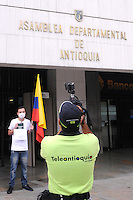 MEDELLIN - COLOMBIA-03-07-2013: Cerca de cincuenta personas se congregaron frente a la Asamblea Departamental para defender la libertad de prensa y expresion, ante la salida de Juan Pablo Barrientos, director de Teleantioquia Noticias  Julio 3 de 2013. (Foto: VizzorImage / Luis Rios / Str). About fifty people gathered outside the Departmental Assembly to defend freedom of the press and expression, before the departure of Juan Pablo Barrientos, director of Teleantioquia News July 3, 2013. (Photo: VizzorImage / Luis Rios / Str).