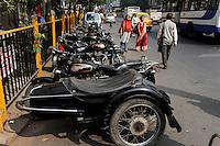 INDIA Westbengal, Kolkata, motorbike Royal Enfield with side wagon / INDIEN, Westbengalen, Kolkata, Motorrad Royal Enfield mit Seitenwagen