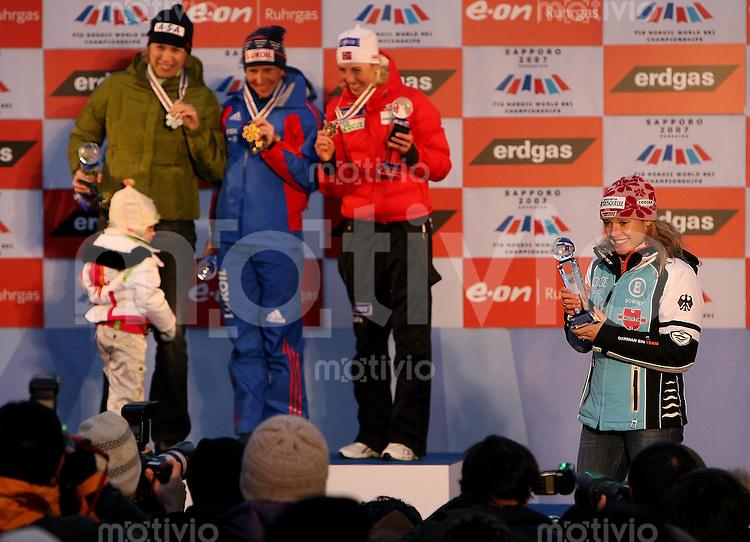 Sapporo , 260207 , Nordische Ski Weltmeisterschaft  Langlauf Doppel - Verfolgung Frauen ,  Evi SACHENBACHER - STEHLE (GER) zeigt sich den Fotografen waehrend Olga SAVIALOVA ( l.,RUS) , Katerina NEUMANNOVA (CZE) und Kristin STOERMER STEIRA (NOR) ihre Medaillien presentieren