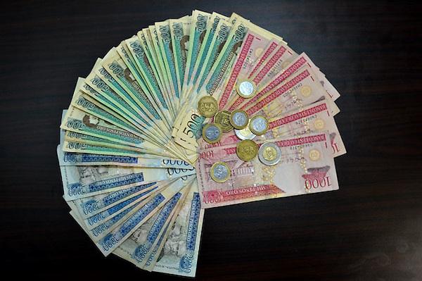 Imagen de billetes y monedas dominicana.Foto/© Roberto Guzmán