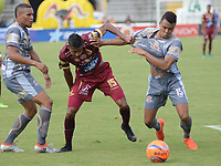 IBAGUÉ -COLOMBIA, 26-01-2016: Sebastian Villa (C) jugador de Deportes Tolima disputa el balón con Fabian Mosquera (Izq) y Harrison Mancilla  (Der) jugador de Tigres FC durante partido por la fecha 11 de la Liga Águila I 2017 jugado en el estadio Manuel Murillo Toro de la ciudad de Ibagué./ Sebastian Villa (C) player of Deportes Tolima vies for the ball with Fabian Mosquera (L) and Harrison Mancilla (R) player of Tigres FC during match for date 11 of the Aguila League I 2017 played at Manuel Murillo Toro stadium in Ibague city. Photo: VizzorImage / Juan Carlos Escobar / Cont