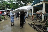 ST0103. SANTIAGO (REPÚBLICA DOMINICANA), 06/06/2011.- Un grupo de personas recoge sus pertenencias hoy, lunes 6 de junio de 2011, en Santiago (República Dominicana), donde las constantes lluvias de las últimas horas han provocado la crecida del río Licey, dejando 546 casas inundadas y 12 destruidas. EFE/José Bueno.