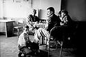 Turquie 1997.Dans un café de Kars, le petit cireur de chaussures.Turkey 1987.In a teahouse, a shoeshine boy