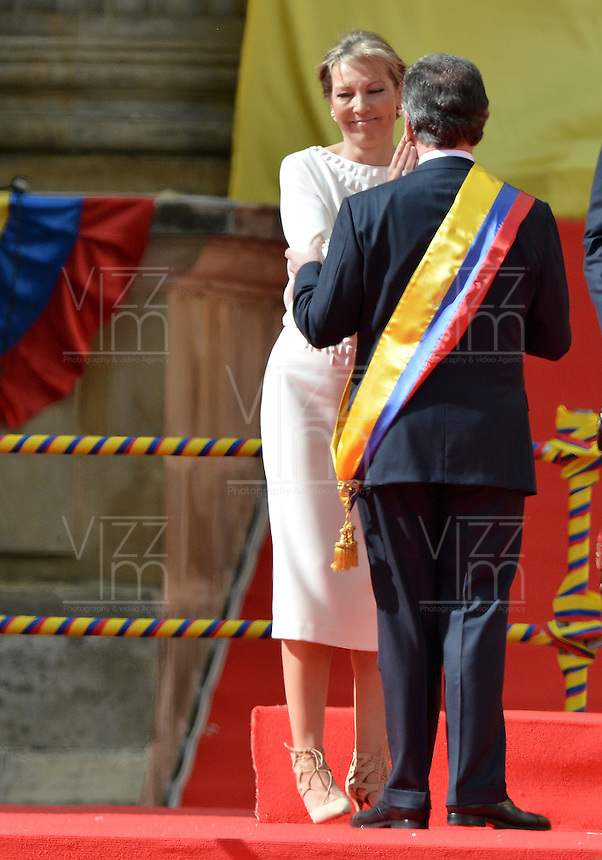 BOGOTÁ -COLOMBIA. 07-08-2014. Maria Clemecia Rodríguez, esposa de Juan Manuel Santos, presidente reelecto de Colombia, lo felicita durante la toma de posesión para su nuevo período constitucional como presidente 2014 - 2018 en las afueras del Capitolio Nacional en la ciudad de Bogotá./ Maria Clemencia Rodriguez, wife of Juan Manuel Santos, reelected president of Colombia, congratulates him during the ceremony where he takes office to his new constitutional term as president 2014 - 18 outseide of National Capitol in Bogota city. Photo: VizzorImage/ Gabriel Aponte / Staff