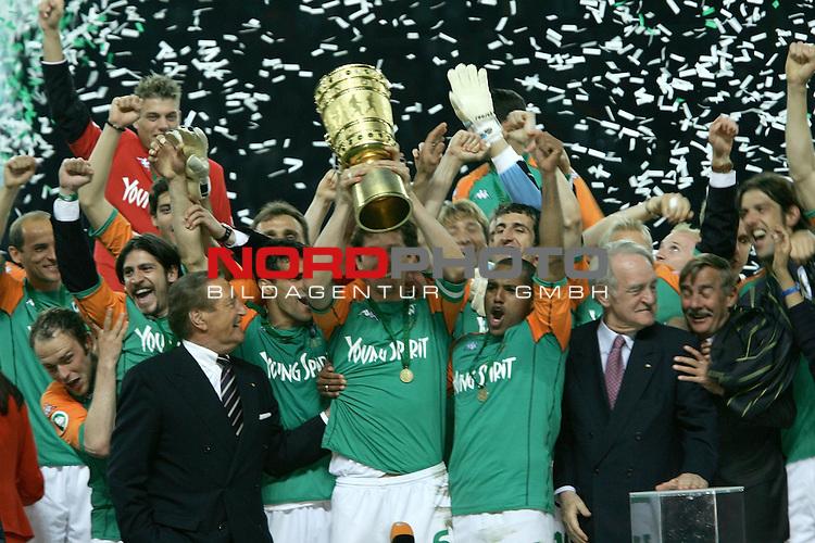 DFB Pokal 2003/2004 - Finale <br /> Werder Bremen vs. Alemannia Aachen 3:2<br /> .Kapit&scaron;n Frank Baumann nimmt den Pokal aus der Hand von Bundespr&scaron;sident Rau in Empfang. Danach Jubel pur bei den Bremer Spielern<br /> <br /> Foto &copy; nordphoto <br />  *** Local Caption *** Foto ist honorarpflichtig! zzgl. gesetzl. MwSt.<br />  Belegexemplar erforderlich<br /> Adresse: nordphoto<br /> Georg-Reinke-Strasse 1<br /> 49377 Vechta