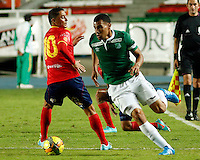 CALI -COLOMBIA-05-10-2014. Juan David Cabezas (Der) del Deportivo Cali disputa el balón con Giovanni Hernandez (Izq) de Uniautónoma durante partido por la fecha 13 de la Liga Postobón II 2014 jugado en el estadio Pascual Guerrero de la ciudad de Cali./ Deportivo Cali player Juan David Cabezas (R) fights for the ball with Uniautonoma player Giovanni Hernandez (L) during match for the 13th date of Postobon League II 2014 played at Pascual Guerrero stadium in  Cali city.Photo: VizzorImage/ Juan C. Quintero /STR