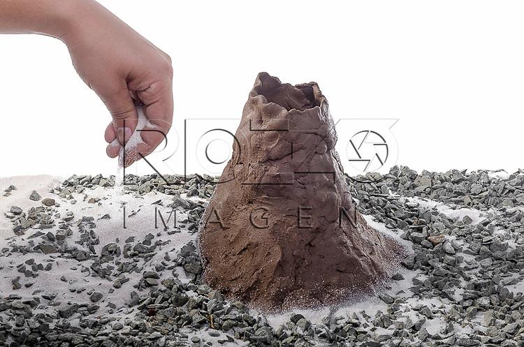 Espalhando a areia e o cascalho ao redor do vulcão, São Paulo - SP, 10/2012.