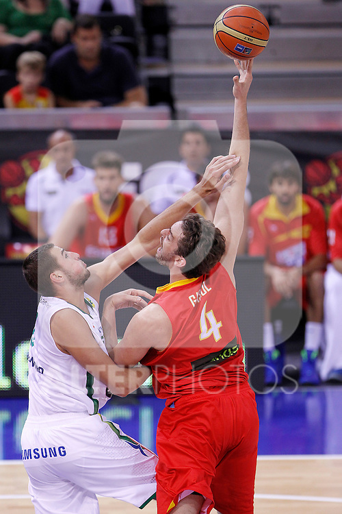 Spain's Pau Gasol (r) and Lithuania's Jonas Valanciunas during friendly match.August 13,2011. (ALTERPHOTOS/Acero)
