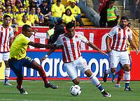 QUITO - ECUADOR - 24-03-2016: Frickson Erazo (Izq.) jugador  de Ecuador disputa el balón con Dario Lezcano (Der.) jugador de Paraguay, durante entre los seleccionados de Ecuador y Paraguay, partido válido por la fecha 5 de la clasificación a la Copa Mundo FIFA 2018 Rusia jugado en el estadio Olímpico Atahualpa en Quito. /  Frickson Erazo (L) player of Ecuador struggles the ball with Dario Lezcano (R) player of Paraguay during a match between Ecuador and Paraguay valid for the date 5 of 2018 FIFA World Cup Russia Qualifier played at Olimpico Atahualpa stadium in Quito. Photo: VizzorImage / Franklin Dajome / Agencia Cronistas Gráficos