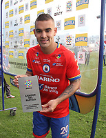 IPIALES - COLOMBIA, 05-06-2019: Jown Cardona del Pasto recibe el premio al mejor jugador después del partido por la fecha 6, cuadrangulares semifinales, de la Liga Águila I 2019 entre Deportivo Pasto y Unión Magdalena jugado en el estadio Estadio Municipal de Ipiales. / Jown Cardona of Pasto receives an award for the best player after match for the date 6, semifinal quadrangulars, as part of Aguila League I 2019 between Deportivo Pasto and Union Magdalena played at Municipal stadium of Ipiales.  Photo: VizzorImage / Leonardo Castro / Cont