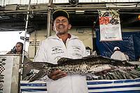 SAO PAULO, SP, 27 DE MARÇO DE 2013. OITAVA SANTA FEIRA DO PEIXE NA CEAGESP. Vendedor mostra Tainha  a venda na oitava santa feira do peixe que acontece no Patio do Pescado da  Ceagesp.  Esta feira acontece antes das festividades da semana santa e os clientes podem comprar vários tipos de peixes com preço de atacado. A feira acontece ate o dia 28 de março a partir das 14 horas. FOTO ADRIANA SPACA/BRAZIL PHOTO PRESS