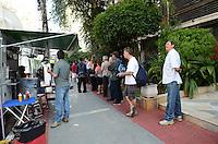ATENÇÃO EDITOR: FOTO EMBARGADA PARA VEÍCULOS INTERNACIONAIS. SAO PAULO, 07 DE OUTUBRO DE 2012 - ELEICOES 2012 - Eleitores em fila aguardam a abertura para votacao, na Universidade Ibirapuera, regiao sul da capital, nno inicio da manha deste domingo (07). FOTO: ALEXANDRE MOREIRA - BRAZIL PHOTO PRESS