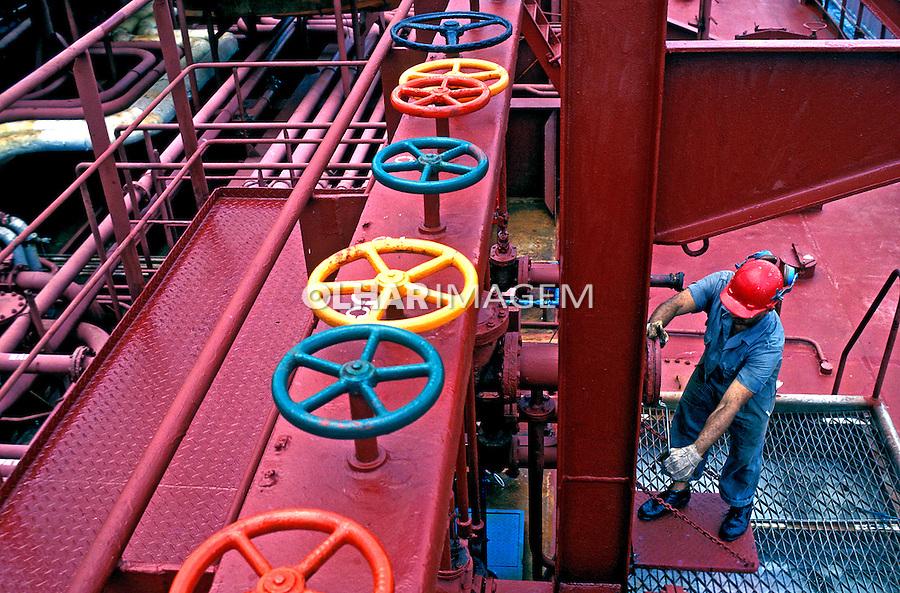 Trabalho em refinaria de petróleo, Rio de Janeiro. 2002. Foto de Ricardo Azoury.