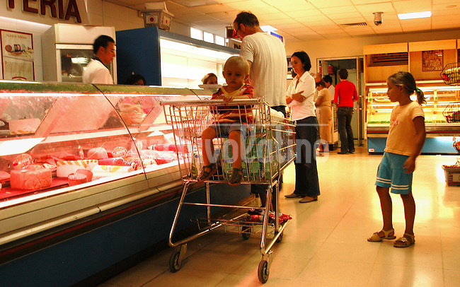 Cubanos compran en un supermercado del centro comercial El Palco en Miramar, un distrito lujoso en las afueras de La Habana. Cada cubano tiene derecho a comprar cierta cantidad de alimentos a precios subsidiados. Pero como la cantidad no es suficiente, deben acudir al mercado libre, donde los precios pueden ser increiblemente superiores.+economia *Cubans shop in a supermarket in Palco Mall in Miramar, a luxury district in Western Havana, Cuba.. Every Cuban citizen has the right to buy a specified amount of food at subsidized prices each month in the official stores. For an average family, the food they can buy isn't enough, and they must buy additional food in free market stores, where prices can be 20 times more expensive.+economy, commerce