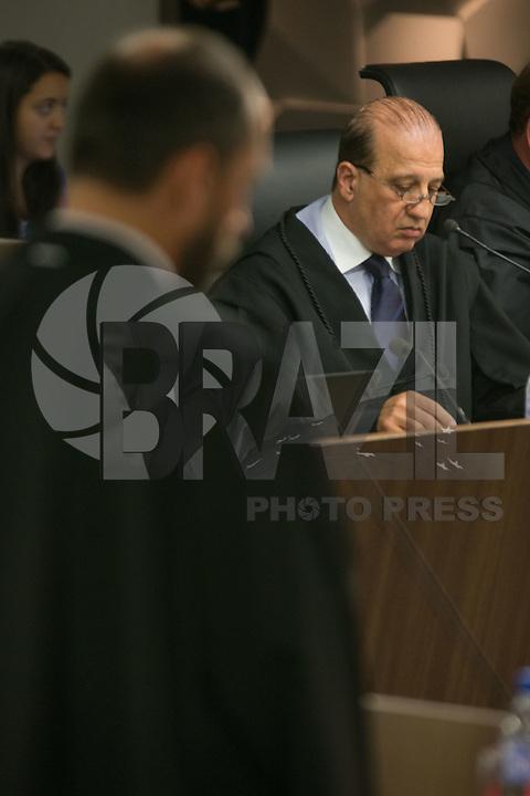 BRASILIA, DF, 07.10.2015 - TCU-CONTAS -  O ministro  Augusto Nardes (D), durante sessão para análise das contas públicas do Governo da presidente Dilma Rousseff de 2014na sede do Tribunal de Contas da União em Brasilia nesta quarta-feira, 07.Nardes é o relator da matéria. Em primeiro plano, o advogado-geral da Uniao, Luis Inacio Adams.(Foto:Ed Ferreira / Brazil Photo Press)