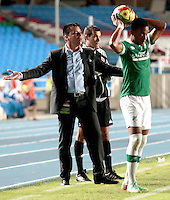 CALI -COLOMBIA-02-04-2014. Hector Cardenas técnico del Deportivo Cali gesticual durante el partido con Alianza Petrolera por la fecha 14 de la Liga Postobón I 2014 jugado en el estadio Pascual Guerrero de la ciudad de Cali./ Deportivo Cali coach Hector Cardenas gestures during the match against Alianza Petrolera for the 14th date of Postobon League I 2014 played at Pascual Guerrero stadium in  Cali city.Photo: VizzorImage/ Juan C. Quintero /STR