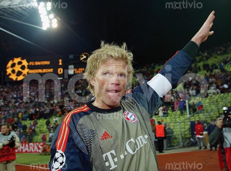 FUSSBALL Champions League 2003/2004 Gruppe A 6. Spieltag FC Bayern Muenchen 1-0 RSC Anderlecht Oliver Kahn (FCB); er bedankt sich bei den Fans: Anzeigetafel mit Endergebnis im Hintergrund