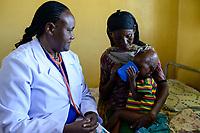 ETHIOPIA Taza Catholic Health Center , feeding of malnutrioned children / AETHIOPIEN Taza Catholic Health Center, Ernaehrung von unterernaehrten Kindern, Sr. Meskel Kelta, Oromo Junge Makitu Mohammad und seine Großmutter Alima Sukuno