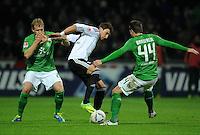 FUSSBALL   1. BUNDESLIGA   SAISON 2011/2012    16. SPIELTAG SV Werder Bremen - VfL Wolfsburg          10.12.2011 Mario Mandzukic (Mitte, VfL Wolfsburg) gegen Andreas Wolf (li) und Philipp Bargfrede (re, beide SV Werder Bremen)