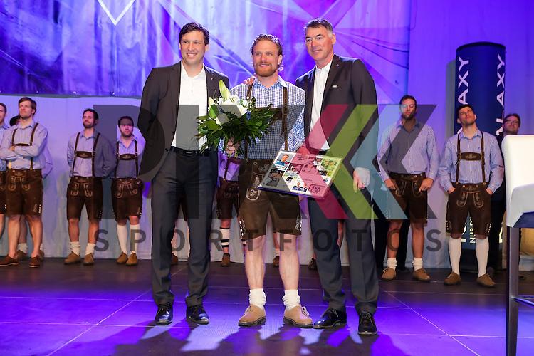 Verabschiedung von 33 Bjoern Barta (Spieler ERC Ingolstadt) von dem ERC Ingolstadt durch Kurt Kleinendorst (Trainer ERC Ingolstadt) und Claudius Rehbein (Direktor Marketing &amp; Kommunikation ERC Ingolstadt<br /> ERC Ingolstadt Saisonabschlussfest in Ingolstadt in der Saturnarena am 20.03.16 in der Saison 2015/2016.<br /> <br /> <br /> Foto &copy; PIX-Sportfotos *** Foto ist honorarpflichtig! *** Auf Anfrage in hoeherer Qualitaet/Aufloesung. Belegexemplar erbeten. Veroeffentlichung ausschliesslich fuer journalistisch-publizistische Zwecke. For editorial use only.