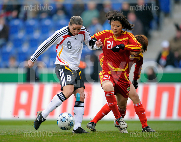 Fussball    International    Frauenlaenderspiel       25.02.2009   Deutschland - China Inka GRINGS (li, GER) erzielt das Tor zum 1-0. WENG Xinzhi (re, CHN) kommt zu spaet.
