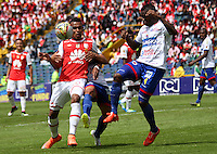 BOGOTÁ -COLOMBIA-17-ABRIL-2016.William Tesillo (Izq.) de Independiente Santa Fe   disputa el balón con Yoiver Gonzalez (Der,) de Pasto durante partido por la fecha 13 de Liga Águila I 2016 jugado en el estadio Nemesio Camacho El Campin de Bogotá./ William Tesillo  (L) of Independiente Santa Fe fights for the ball with Yoiver Gonzalez(R) of Pasto during the match for the date 13 of the Aguila League I 2016 played at Nemesio Camacho El Campin stadium in Bogota. Photo: VizzorImage / Felipe Caicedo / Staff