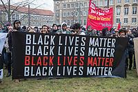 """Demonstration am Sonntag den 7. Januar 2018 in Dessau anlaesslich des 13. Todestages des Sierra Leoners Oury Jalloh, der am 7. Januar 2005 unter bislang nicht geklaerten Umstaenden in einer Gewahrsamszelle in der Polizeiwache Wolfgangstrasse, bei lebendigem Leib verbrannte. Der damals wachhabende Dienstgruppenleiter wurde 2012 wegen fahrlaessiger Toetung verurteilt.<br /> Im November 2017 wurde bekannt, dass die Staatsanwaltschaft Dessau-Rosslau davon ausgeht, dass eine Selbstentzuendung durch den gefesselten Oury Jalloh unwahrscheinlich sei und stattdessen den Einsatz von Brandbeschleuniger und die Beteiligung Dritter fuer wahrscheinlich haelt. Der Staatsanwaltschaft wurde jedoch das Verfahren entzogen und an die Staatsanwaltschaft Halle uebergeben die im Oktober 2017 das Verfahren einstellte.<br /> An der Demonstration beteiligten sich ca. 3.500 Menschen.<br /> Im Bild: Demonstrationsteilnehmer mit einem Transparent mit der Aufschrift: """"Black Lives Matters"""".<br /> 7.1.2018, Dessau<br /> Copyright: Christian-Ditsch.de<br /> [Inhaltsveraendernde Manipulation des Fotos nur nach ausdruecklicher Genehmigung des Fotografen. Vereinbarungen ueber Abtretung von Persoenlichkeitsrechten/Model Release der abgebildeten Person/Personen liegen nicht vor. NO MODEL RELEASE! Nur fuer Redaktionelle Zwecke. Don't publish without copyright Christian-Ditsch.de, Veroeffentlichung nur mit Fotografennennung, sowie gegen Honorar, MwSt. und Beleg. Konto: I N G - D i B a, IBAN DE58500105175400192269, BIC INGDDEFFXXX, Kontakt: post@christian-ditsch.de<br /> Bei der Bearbeitung der Dateiinformationen darf die Urheberkennzeichnung in den EXIF- und  IPTC-Daten nicht entfernt werden, diese sind in digitalen Medien nach §95c UrhG rechtlich geschuetzt. Der Urhebervermerk wird gemaess §13 UrhG verlangt.]"""