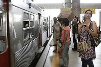 ATENCAO EDITOR: FOTO EMBARGADA PARA VEICULOS INTERNACIONAIS - SÃO PAULO, 06 DE OUTUBRO 2012 - ELEICOES 2012 - SONINHA FRANCINE - A candidata a prefeitura de Sao Paulo pelo PPS em sua ultima caminhada da campanha eleitoral de 2012. Do Bras a Sao Miguel Paulista via  trem, ela fez corpo a corpo pelo comercio do calcadao, fez comprinhas e seguiu para Itaim Paulista para o encerramento final, na manhã desse sábado, 06, zona leste da capital -  FOTO LOLA OLIVEIRA-BRAZIL PHOTO PRESS