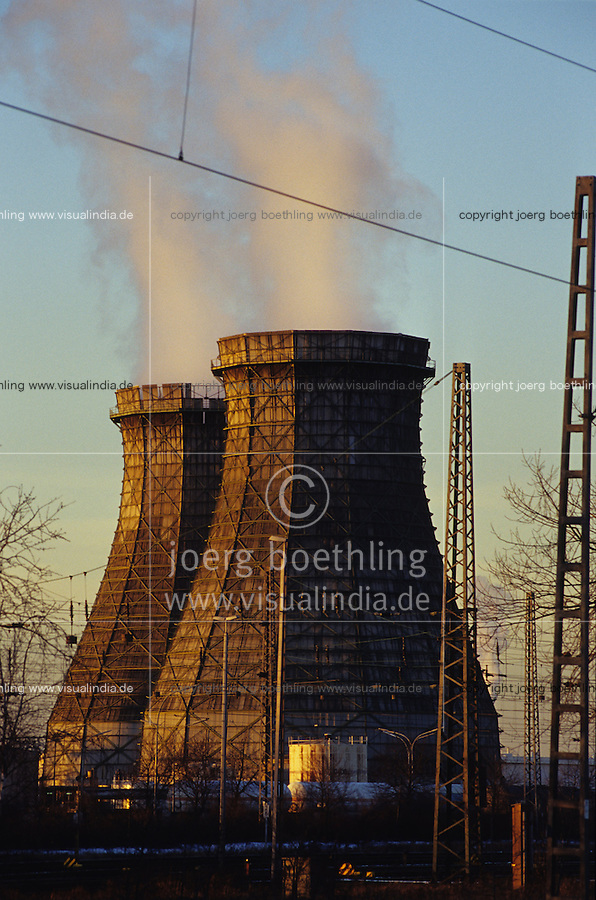 GERMANY, Hamburg, Shell oil refinery, smoking chimneys / DEUTSCHLAND, Shell Raffinerie im Hamburger Hafen