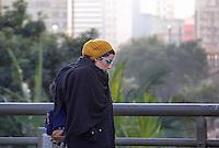 SÃO PAULO,SP, 14.06.2016 - CLIMA-SP - Pedestres se protegem de baixa temperaturas no viaduto do Chá na região central de São Paulo na manhã desta terça-feira, 14. (Foto: Adailton Damasceno/Brazil Photo Press)