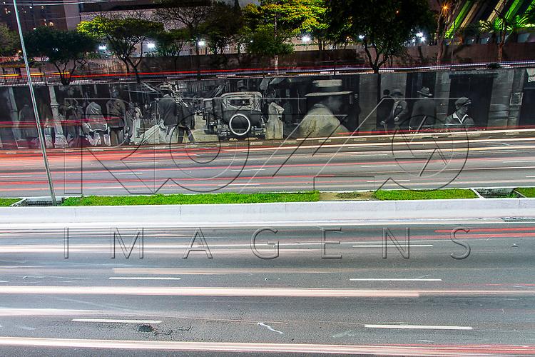 Tráfego de veículos na Avenida Vinte e Três de Maio, ao fundo mural do artista Eduardo Kobra, São Paulo - SP, 10/2016.