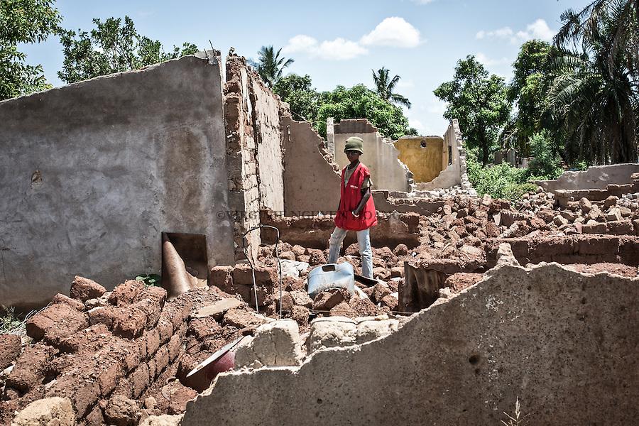 CAR, Bangui: A boy is posing in the PK5 neighborhood where several houses have been destroyed and sometimes burnt during the fights with the anti-balaka. 16 April 2016<br /> <br /> RCA, Bangui : Un gar&ccedil;on pose dans le quartier PK5 o&ugrave; plusieurs maisons ont &eacute;t&eacute; d&eacute;truites et parfois br&ucirc;l&eacute;es pendant les combats avec les anti- Balaka . 16 avril 2016