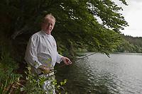 Europe/France/Auverne/63/Puy-de-Dôme/Besse-en-Chandesse:  François Joubert, restaurant: Le Lac Pavin  à la pêche à l'omble chevalier sur le Lac Pavin [Non destiné à un usage publicitaire - Not intended for an advertising use]