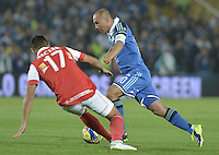 BOGOTÁ -COLOMBIA, 02-03-2014. Mayer Candelo (Der.) jugador de Millonarios disputa el balón con Juan D Roa (Izq.) jugador de Independiente Santa Fe durante partido por la fecha 9 de la Liga Postobón  I 2014 jugado en el estadio Nemesio Camacho el Campín de la ciudad de Bogotá./ Mayer Candelo (R) player of Millonarios fights for the ball with Juan D Roa (L) player of Independiente Santa Fe during match for the 9th date of the Postobon  League I 2014 played at Nemesio Camacho El Campin stadium in Bogotá city. Photo: VizzorImage/ Gabriel Aponte / Staff